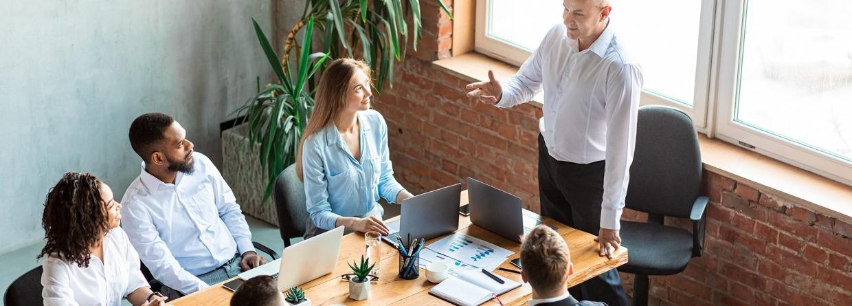 Werkgever geeft speech aan medewerkers in het kantoor tijdens bespreking